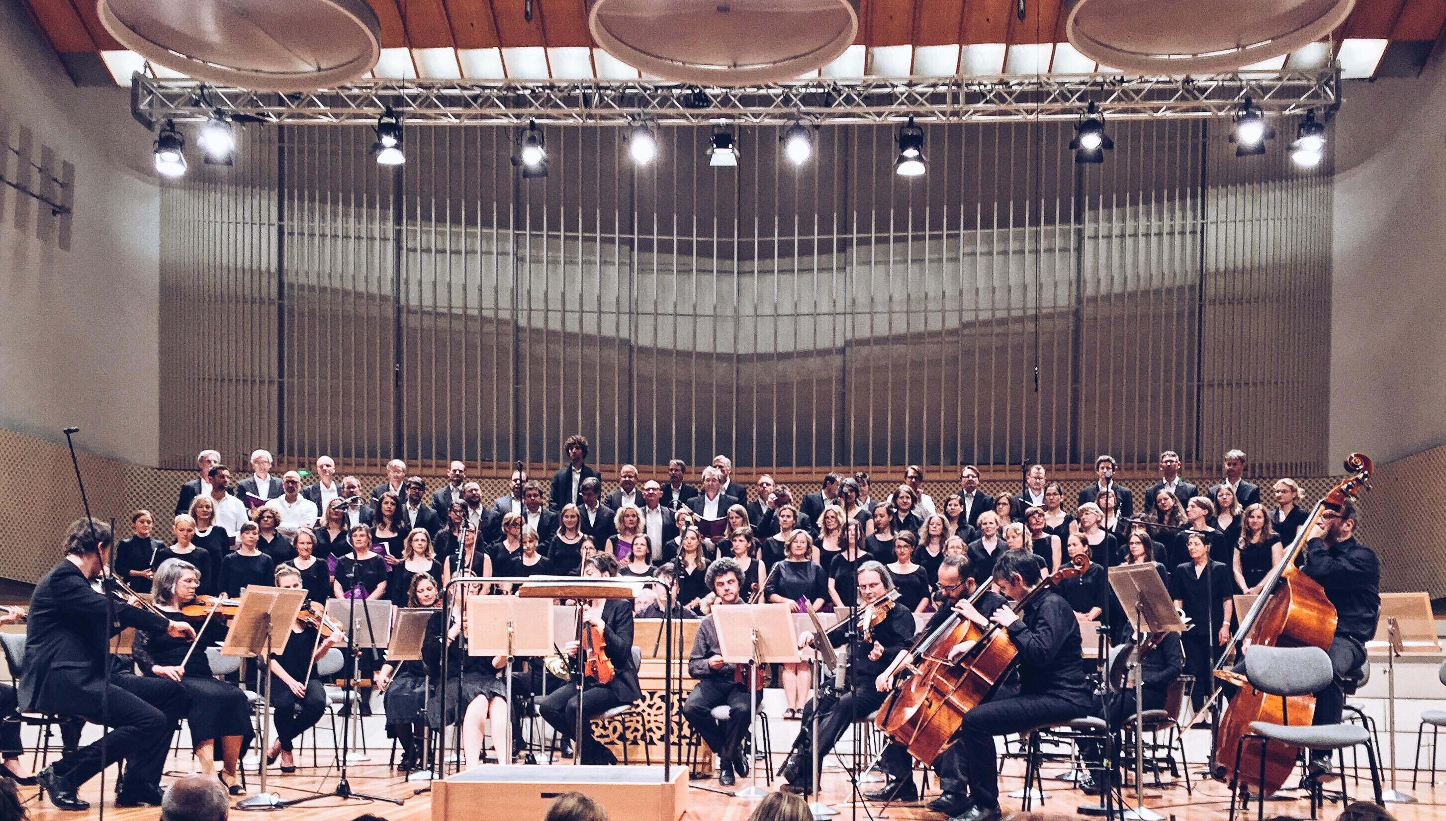 studiosi cantandi Berlin und Junge Philharmonie Kreuzberg auf der Bühne des Konzertsaals der UdK